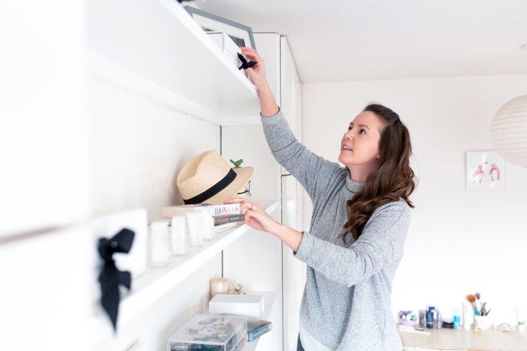 lär dig rensa bort onödiga saker hemma när du städar